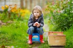 逗人喜爱的小女孩获得乐趣在庭院 免版税图库摄影