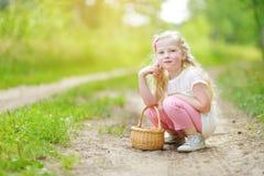 逗人喜爱的小女孩获得乐趣在森林远足期间在美好的夏日 库存图片