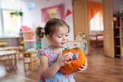 逗人喜爱的小女孩藏品毛毡南瓜玩具 库存图片