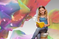 逗人喜爱的小女孩阅读书的综合图象在图书馆里 免版税图库摄影