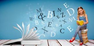 逗人喜爱的小女孩阅读书的综合图象在图书馆里 库存图片