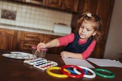 逗人喜爱的小女孩,与水彩的可爱的学龄前儿童绘画 免版税库存图片