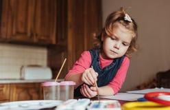 逗人喜爱的小女孩,与水彩的可爱的学龄前儿童绘画 库存图片