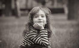 逗人喜爱的小女孩黑白画象  免版税图库摄影