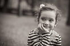 逗人喜爱的小女孩画象在公园 免版税库存图片