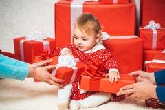 逗人喜爱的小孩举行礼物盒 Celebraties概念 有一个红色当前箱子的可爱宝贝在白色背景 愉快 免版税图库摄影