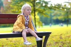 逗人喜爱的小孩女孩在公园 免版税库存照片