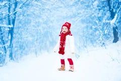 逗人喜爱的小孩女孩在冬天公园 库存图片