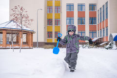 逗人喜爱的小孩男孩在五颜六色的冬天给放下穿衣  与孩子的户外激活休闲 愉快的子项 免版税库存照片