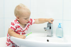 逗人喜爱的小孩男孩掠过的牙 清洗的牙,牙齿保护 洗涤可爱的男婴  库存照片