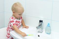 逗人喜爱的小孩男孩掠过的牙 清洗的牙,牙齿保护 洗涤可爱的男婴  库存图片