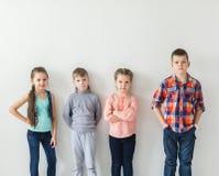 逗人喜爱的小孩画象穿戴的给看照相机和微笑穿衣 库存图片