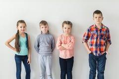 逗人喜爱的小孩画象穿戴的给看照相机和微笑穿衣 免版税库存照片