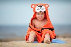 逗人喜爱的小男孩佩带的老虎毛巾户外 库存图片