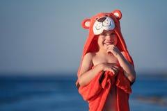 逗人喜爱的小男孩佩带的老虎毛巾户外 免版税库存照片
