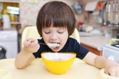 逗人喜爱的小男孩吃汤 库存图片
