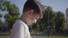 逗人喜爱的小男孩吹的肥皂泡画象  单独逗人喜爱的儿童消费时间户外 夏令时休闲 ?? 股票录像