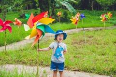 逗人喜爱的小男孩和轮转焰火风车 免版税库存图片
