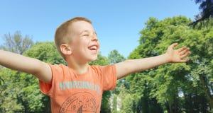 逗人喜爱的小男孩在公园 免版税库存照片