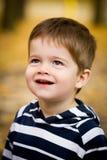 逗人喜爱的小男孩在秋天 免版税库存照片