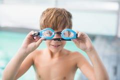 逗人喜爱的小男孩常设游泳池边 图库摄影