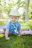 逗人喜爱的小男孩微笑用复活节彩蛋在他附近 免版税库存照片