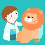 逗人喜爱的小男孩愈合狮子玩偶 皇族释放例证