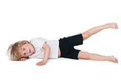 逗人喜爱的小男孩执行体操锻炼 免版税库存图片