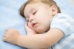 逗人喜爱的小男孩睡觉 免版税库存图片