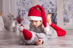 逗人喜爱的小男孩,在家使用与小的蓬松猫头鹰玩具 免版税库存图片