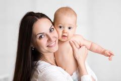 逗人喜爱的小男孩画象有母亲的,婴孩与 免版税库存图片