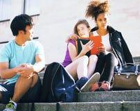 逗人喜爱的小组在大学大厦的teenages有书huggings的,回到学校 库存图片