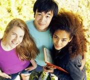 逗人喜爱的小组在大学大厦的teenages有书的 库存照片