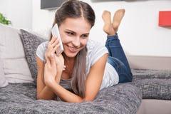 逗人喜爱的少妇谈话在电话 免版税图库摄影
