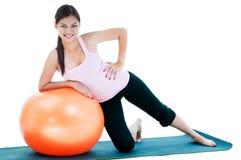 逗人喜爱的少妇锻炼 免版税库存照片