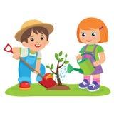 逗人喜爱的工作在庭院传染媒介例证的动画片女孩和男孩 孩子种植一棵树 免版税图库摄影