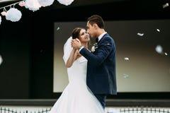 逗人喜爱的已婚夫妇的第一个舞蹈 免版税图库摄影