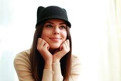逗人喜爱的帽子的年轻美丽的愉快的妇女 图库摄影