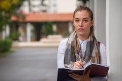 逗人喜爱的年轻女学生 免版税库存照片