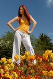 逗人喜爱的庭院夫人年轻人 免版税图库摄影