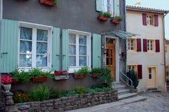 逗人喜爱的开花的门和窗口, Ardeche,法国 库存照片
