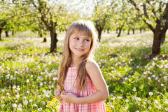逗人喜爱的微笑女孩 免版税库存照片