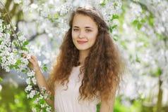 逗人喜爱的微笑的女孩户外,晴朗的春天画象 库存照片