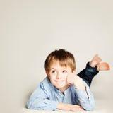 逗人喜爱的微笑的孩子 看的小男孩空想和出 免版税图库摄影