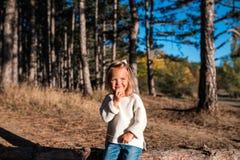 逗人喜爱的微笑的小女孩使用户外 免版税库存图片