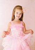 逗人喜爱的微笑的小女孩画象公主礼服的 免版税库存照片
