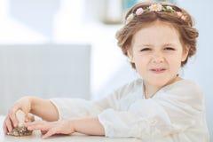 逗人喜爱的微笑的小女孩画象公主礼服的 免版税库存图片