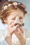 逗人喜爱的微笑的小女孩画象公主礼服的 免版税图库摄影