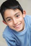逗人喜爱的微笑的愉快的小男孩 免版税库存照片