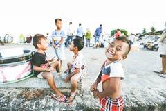 逗人喜爱的微笑的愉快的小男孩 免版税库存图片